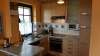 """offene, komplett ausgestattete Küche - Bild 4: Reetdachhaus """"Innisfree"""" in idyllischer Lage mit Blick auf das nahegelegene Haff"""