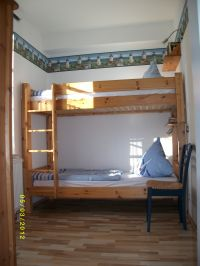 Hier das zweite Schlafzimmer mit Etagenbett; ein Gästebett (190x70) oder Babybett kann problemlos dazu aufgestellt werden. - Bild 7: barrierefreie kinder- und hundefreundliche Ferienwohnung****im EG in Lubmin
