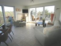 Wohnzimmer mit Blick auf die Terrasse - Bild 1: 3-Zimmerterrassen FeWo Zempin - Strandnah - WLAN und Schwimmbad kostenfrei