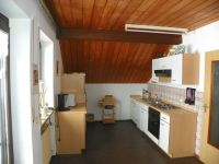 komplette Küche mit Ausgang zum Balkon - Bild 7: Ferienwohnung am Weissenstädter See im Fichtelgebirge