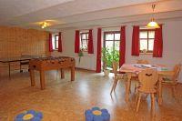 der große Freizeitraum mit Tischtennis, Kicker und Spielsachen - Bild 7: Kinderfreundliche Ferienwohnungen Landhaus Jörg im Allgäu - Familienwohnung