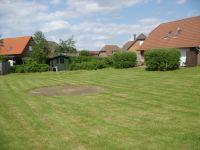 Zwischen den Häusern im Sandboll und Tötel liegt die große Rasenfläche - Bild 13: Nordseeferienhaus Sandboll im Nordseeheilbad Friedrichskoog-Spitze