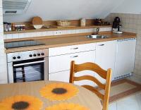 Wohnzimmer mit moderner Küchenzeile und Essplatz - Bild 1: Ferienwohnung Bodenseeblick in Meersburg für Nichtraucher