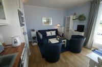Im Wohn/Schlafzimmer mit eingebauter Küchenzeile. - Bild 1: Kühlungsborn: Villa Strandkuss Ferienwohnung Muschelsucher an der Ostsee