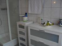 Das große helle Badezimmer ( mit Dusche)  mit Handtüchern, Duschtüchern, Fön,ect. incl. schönen neuen Badmöbeln - Bild 7: Ferienwohnung Haus Klinkhammer, Hellenthal, Nordeifel,Nationalpark