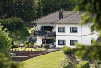 In der unteren Etage befindet sich die schöne, ruhige Ferienwohnung.  Blick auf einen Fichtenwaldberg.  Das große Grundstück ist komplett eingezäunt, - schöne Hanglage und überdachter Terrasse mit sep. Eingang. - Bild 1: Ferienwohnung Haus Klinkhammer, Hellenthal, Nordeifel,Nationalpark