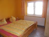 Typ 2 - Das Kiefernschlafzimmer für die Kinder ist mit einem Doppelbett, 2 Nachtische und einem Kleiderschrank ausgestattet. - Bild 10: Ostseeurlaub mit Hund - Wassergrundstück Piratennest Darß