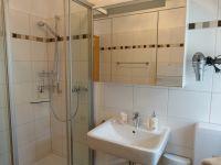 Das Duschbad ist ausgestattet mit Dusche, WC, Waschtisch, großem Spiegelschrank, einem Regal und einer Handtuchheizung. - Bild 13: Eifel-Ferienhaus Fliegenpilz - für Ihren Urlaub mit und ohne Hund