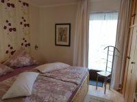 Das Schlafzimmer 1 mit Doppelbett 180 x 200 cm und Einbauschrank hat einen Austritt zur hinteren Terrasse. - Bild 10: Eifel-Ferienhaus Fliegenpilz - für Ihren Urlaub mit und ohne Hund