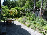 Auf der Terrasse hinter dem Haus mit einer weiteren Sitzgruppe können Sie in den Abendstunden noch die Sonne genießen. - Bild 4: Eifel-Ferienhaus Fliegenpilz - für Ihren Urlaub mit und ohne Hund