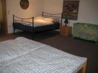 Das Schlafzimmer mit 2 Doppelbetten - Bild 4: Appartement Nr. 7 in der Zigeunermühle in Weißenstadt/Fichtelgebirge