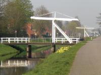 Typisches Wahrzeichen vom Fehn, die weißen Klappbrücken über den Spetzerfehn Kanal an der Hauptwieke. - Bild 16: Ferienwohnung Kerstin´s Huuske