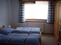 Schlafzimmer mit Doppelbett, Aufbettung und Babybett - Bild 4: Ferienwohnung Schuffenhauer in Schwarzenberg im Erzgebirge