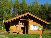 In diesem Holzblockhaus mit Kaminofen verbringen Sie einen erholsamen Urlaub. - Bild 1: AWM-Ferienhaus im Bayerischen Wald, gemütliches Holzblockhaus mit Kaminofen
