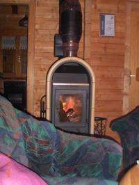 An kühleren Tagen können Sie es sich vor dem Kamin gemütlich machen. - Bild 4: AWM-Ferienhaus im Bayerischen Wald, gemütliches Holzblockhaus mit Kaminofen