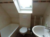 das Bad im Dachgeschoss verfügt über eine Badewanne - Bild 13: Kinder- u. hundefeundliches Ferienhaus in Binz, hell u. modern, mit Garten