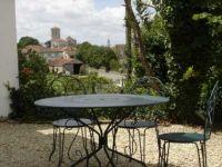 Die Kiesterrasse an der Nordseite vor dem Wohnungseingang - Bild 7: Ferienwohnung mit Schwimmbad in SW-Frankreich, Nähe Atlantik