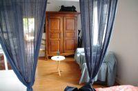 Ein schöner antiker, großer Kleiderschrank - rechts die beiden Sessel, links (unsichtbar) der Fernseher mit franz. Programmen - Bild 4: Ferienwohnung mit Schwimmbad in SW-Frankreich, Nähe Atlantik