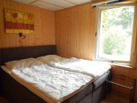 Schlafzimmer mit Boxspringbett - Bild 10: Ferienhaus im Grünen für 2 - und 4 - beiner