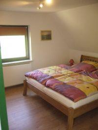 Es sind ein Kleiderschrank und eine Kommode vorhanden. Ein Kinderbett kann zugestellt werden. - Bild 7: Ferienhaus Pelsrade in Angeln