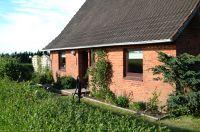 Ferienhaus von der Straße gesehen - Bild 1: Ferienhaus Pelsrade in Angeln