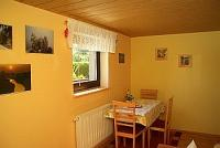 separates Wohnzimmer mit Tisch und Stühlen, SAT - TV und gemütlichen Sofa und Internet- Anschluß - Bild 7: Fewo Noack Sächsische Schweiz nahe Bad Schandau