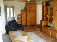 Blick von der Couch auf die Schrankwand. Im Hintergrund rechts der Übergang zu Küche und Bad. - Bild 4: Ferienhaus BUTEN gemütliche Doppelhaushälfte mit Terrasse und Garten