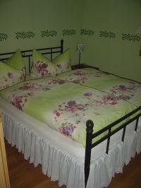 Das Schlafzimmer mit dem Doppelbett. - Bild 4: Bungalow C bei Blankenburg am Südhang mit Panoramablick