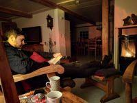 ein gutes Buch,die Bibliothek kann sich sehen lassen für jung und alt, dann gemütlich vors Feuer....... - Bild 13: BULLERBÜ-Exkl Ferienwohnung 120 m² mit Garten, Alleinlage im Reet-Dach-Haus