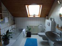 Das Bad hat eine Dusche und Wanne - Bild 1: Ferienwohnung Haus Baier****mit Balkon, in 15 Minuten am Bodensee