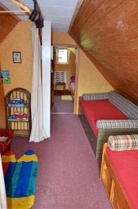 vorne rechts 2 x Kojenbetten und links hinter dem Vorhand2 Schlafsessel - Bild 13: Haus am Bergflüsschen - Whirlwanne - Garten - Pool - Sauna - Alleinnutzung