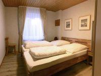 Schlafzimme mit Doppelbett Kleiderschrank und Nachtschränken - Bild 4: Ferienhaus Landkirchen Thomsen