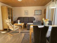 Das Wohnzimmer mit gemütlicher Sitzgruppe und separatem Essplatz - Bild 1: Ferienhaus Landkirchen Thomsen