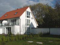 Die Rückseite des Hauses mit Garten und Terrasse. - Bild 1: FeWo Wiek auf Rügen, Erdgeschoss mit Terrasse und Gartennutzung