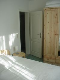 Teilansicht der Schlafzimmers - Bild 7: FeWo Wiek auf Rügen, Erdgeschoss mit Terrasse und Gartennutzung