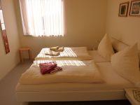 Das Schlafzimmer mit Doppelbett nach Südwesten. - Bild 13: Großzügige Ferienwohnung mit Meerblick im Ostseebad Hohwacht
