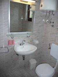 Die Bäder sind voll gefliest, Badewanne mit Duschvorrichtung, Toilette und Waschbecken. Fenster vorhanden. - Bild 7: Ferienwohnung Samsa in Rovinj / Istrien 250 m vom Strand