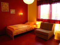 """Rotes Schlafzimmer mit zwei Einzelbetten - Bild 7: Ferienwohnung """"Regina"""" im Hafenstädchen Varel (vier Sterne)"""