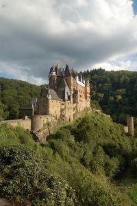 Unweit entfernt liegt die traumhafte Burg Eltz, welche früher auf dem 50Dm-Schein zu sehen war. - Bild 13: Eifel-Mosel ***Ferienwohnung Alte Schmiede I