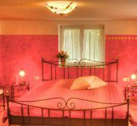 -Bett mit Bio-Komfortmatratze  -Verstellbarer Lattenrost -Bettwäsche und Luxus-Bettdecken in Übergröße 220 x 150 sind in jedem Schlafzimmer vorhanden.  Das stimmungsvolle, in warmem Rot gestaltete Zimmer mit dem romantischen Metallbett verspricht traumhafte Nächte. Eingekuschelt mit fabelhaften Träumen streichelt Sie die Vorfreude auf die Unternehmungen der nächsten Tage in den Schlaf. - Bild 4: Ferienhaus Allgäuperle, Perle in malerischer Landschaft des Allgäus.