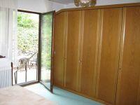 Großzügiges Schlafzimmer mit Kleiderschrank und Zugang nach Außen - Bild 7: Ferienwohnung EifelNatur 2 - großzügige 3-Sterne-FeWo für bis zu 7 Personen
