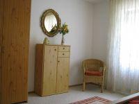 großzügiges Schlafzimmer mit Schrank, Kommode und Sitzecke - Bild 10: Ferienwohnung EifelNatur 2 - großzügige 3-Sterne-FeWo für bis zu 7 Personen