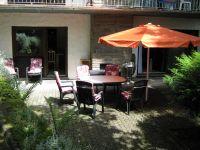 Terrasse mit Gartenbestuhlung. Durchgang zum Esszimmer. - Bild 22: Ferienhaus EifelNatur 1 - großzügige und komfortable 4-Sterne-FeWo