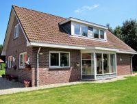 Seite Ansicht mit Tachgaube und Erker - Bild 1: Sehr schönes Ferienhaus, jetzt € 50,- Rabatt jedes Wochenende bis Mai