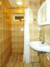 Badezimmer am Erdgeschoss mit Dusche, WC, und Waschbecken - Bild 16: Sehr schönes Ferienhaus, jetzt € 50,- Rabatt jedes Wochenende bis Mai