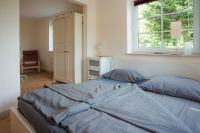 """mit Schrank und Sessel, bei Bedarf Babybett - Bild 4: 2-Zimmer Ferienwohnung """"Zimmert"""" für 2 Personen"""