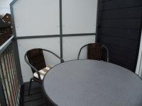 """Vier Gartenstühle warten auf dem sonnigen Balkon. Hier können Sie auch auf dem vorhandenen Elektrogrill einen schönen Grillabend veranstalten. - Bild 10: Ferienwohnung """"Albatros"""" im Herzen vom Nordseeheilbad Norddeich"""