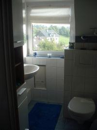 klein aber fein ist das Bad mit  Dusche und WC - Bild 4: Möblierter Wohnraum auf Zeit mit div. Extras ländl. Nähe Köln