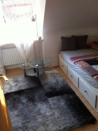 befindet sich zwischen Bett und Schrank ein stylischer Glastisch und 2 gr. Regale - Bild 10: Möblierter Wohnraum auf Zeit mit div. Extras ländl. Nähe Köln