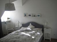 Schlafraum mit Einbauschränken und mit frz. Doppelbett - Bild 4: Ferienwohnung BINNEN mit Gartenbereich,Balkon und Sauna